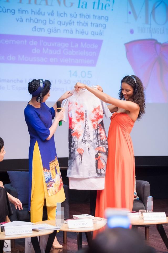 Người đẹp Pháp đã rất bất ngờ trước món quà của Ngọc Hân, thậm chí còn tò mò hỏi làm thế nào để may được bộ trang phục thế này. Ngọc Hân bày tỏ, cô có rất nhiều lần sang Pháp tham gia các chương trình giao lưu văn hóa và trình diễn áo dài.