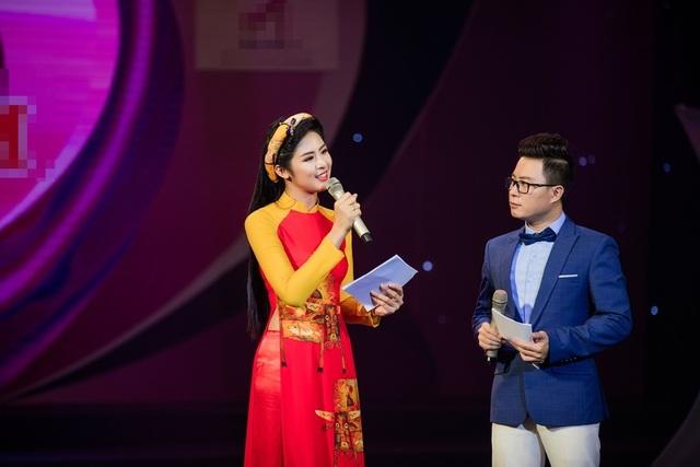 Không chỉ đảm nhận vai trò dẫn dắt cùng MC Trịnh Lê Anh, cô còn giới thiệu bộ sưu tập áo dài dành cho mẹ và bé.