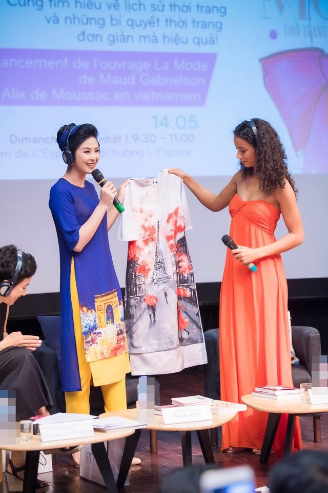 Để bày tỏ tình cảm yêu mến dành cho Hoa hậu Pháp, Ngọc Hân đã chuẩn bị bộ áo dài in họa tiết tháp Eiffel để tặng cho Flora.