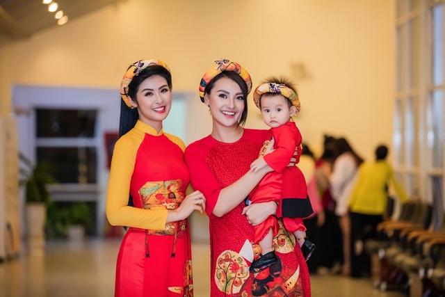 Hoa hậu Ngọc Hân cũng chính là mẹ đỡ đầu của con gái Hồng Quế.