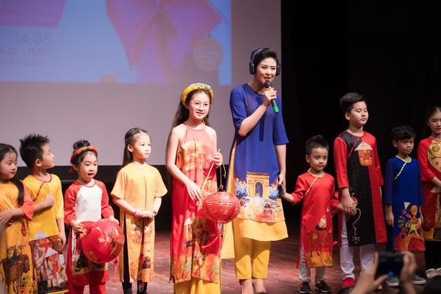 Cũng trong sự kiện, Ngọc Hân còn giới thiệu bộ sưu tập áo dài dành riêng cho các em nhỏ.