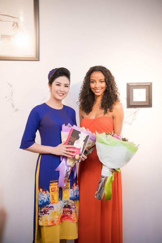 Hai Hoa hậu ghi lại những khoảnh khắc ý nghĩa bên nhau.