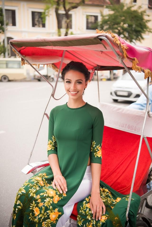 Được biết, vào năm trước, cô cũng đã có mặt tại TPHCM để tham gia show Ngôn ngữ hoa của Hoàng Hải và để lại nhiều ấn tượng và trông đợi từ công chúng.