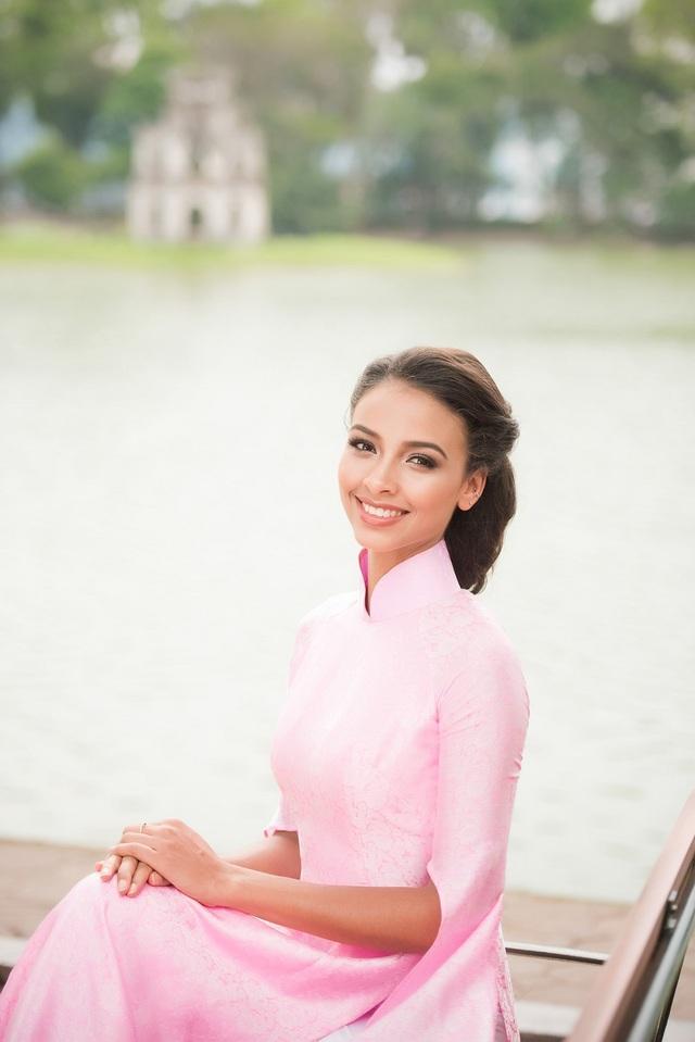 Cô rất thích hình ảnh của chiếc áo dài Việt Nam, bởi đó là một hình ảnh vừa kín đáo nhưng vẫn gợi cảm, tôn vinh vóc dáng của người phụ nữ.