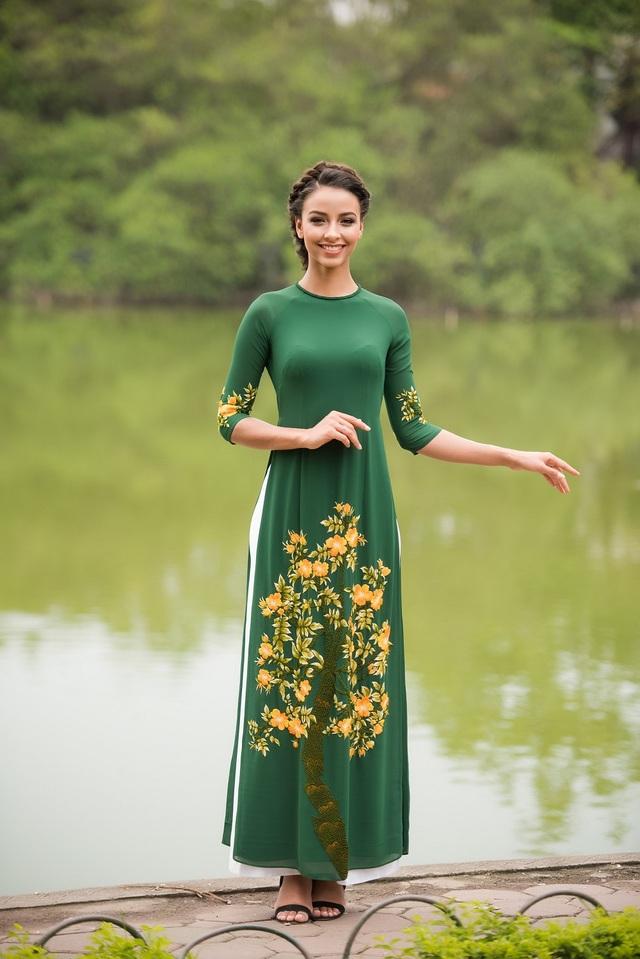 Hoa hậu Pháp Flora bất ngờ diện áo dài dạo Hồ Gươm - 13