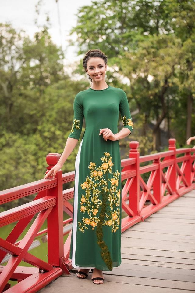 Hoa hậu Pháp Flora bất ngờ diện áo dài dạo Hồ Gươm - 12