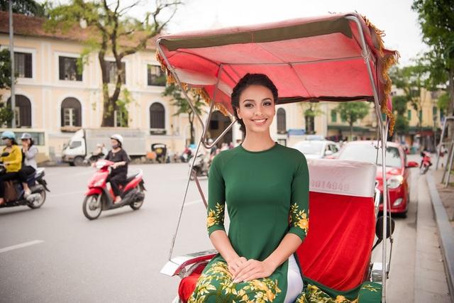 Chiếc áo dài với tông màu xanh lá với điểm nhấn là những hoa tiết tinh tế cùng làm nên vẻ đẹp nhẹ nhàng và nền nã của người đẹp. Người đẹp cũng khá thích thú với hình ảnh của những chiếc xích lô khi có mặt tại đây.