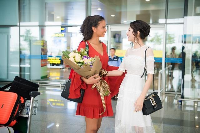 Hoa hậu Flora xuất hiện tươi tắn tại sân bay trong một thiết kế đơn giản có tông màu nổi bật, sau chuyến bay dài của mình. Nụ cười thân thiện và quyến rũ của cô chinh phục hoàn toàn mọi người khi có mặt tại đây.