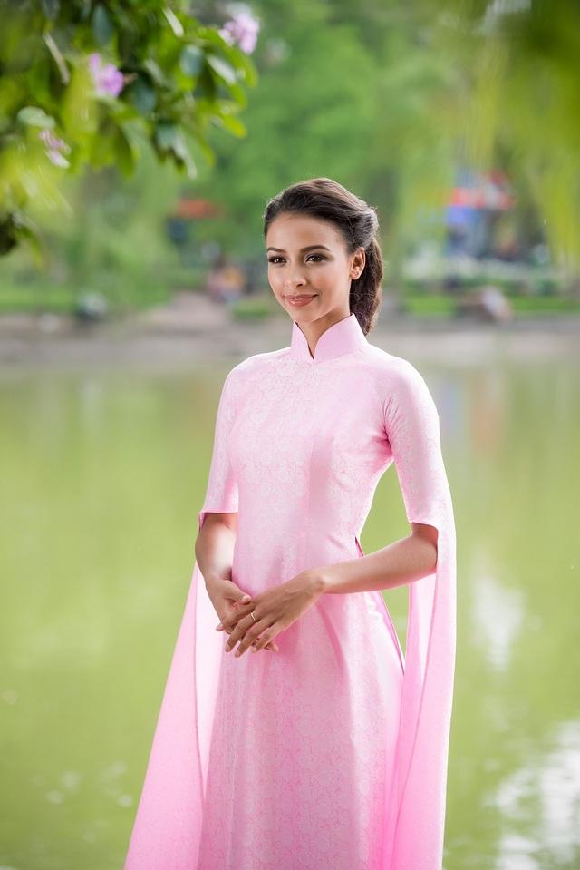 Xuất hiện trong chiếc áo dài có tông màu hồng nhạt, cách điệu ở tay áo, Hoa hậu Pháp Flora xinh đẹp và rạng rỡ, mong manh nhưng vẫn tràn đầy năng lượng.