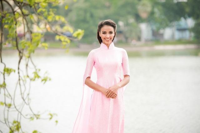 Ngay sau khi xuất hiện tại sân bây, Hoa hậu với hình ảnh gần gũi và tràn đầy năng lượng của mình chọn xuất hiện tham quan cảnh đẹp Hồ Gươm tại Hà Nội thay vì dành thời gian cho nghỉ ngơi.