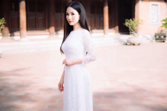 Dịp này, Hoa hậu Sương Đặng đã lựa chọn những thiết kế thật đơn giản, với sắc màu tươi tắn, rạng rỡ và chị đã thật sự trở lại tuổi thanh xuân của mình với lựa chọn đơn giản này.
