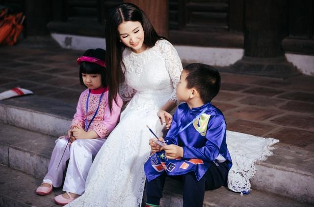 """Hoa hậu Sương Đặng chia sẻ, chị luôn mong muốn phụ nữ Việt ở khắp nơi trên thế giới đều gìn giữ truyền thống mặc áo dài, đặc biệt là thế hệ trẻ sau này. Chị """"ghiền"""" diện áo dài cũng bởi mong muốn các bạn gái trẻ lớn lên ở nước ngoài sẽ nhìn vào thế hệ đi trước để gìn giữ vẻ đẹp áo dài như vậy."""