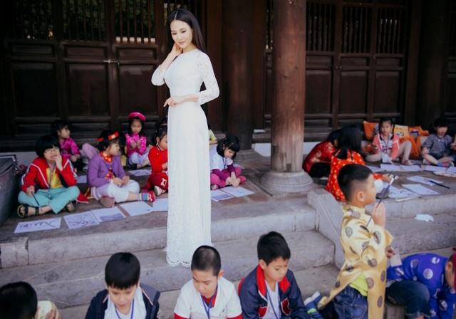Gắn bó với áo dài Việt và luôn tôn vinh vẻ đẹp áo dài trong các bộ hình thời trang của mình, Hoa hậu Sương Đặng cũng được xem là nàng thơ của nhiều nhà thiết kế áo dài Việt Nam và hải ngoại. Đặc biệt tới đây, hình ảnh diện áo dài của NTK Nhật Dũng của chị đã được chọn lựa để trưng bày tại Bảo tàng Phụ nữ Nam Bộ nhân dịp 60 năm thành lập Bảo tàng.