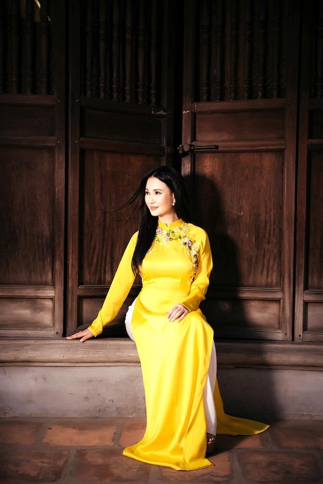 Theo Hoa hậu Sương Đặng, chị thường chọn những thiết kế áo dài tôn vẻ sang trọng, quý phái để phù hợp với độ tuổi của mình.