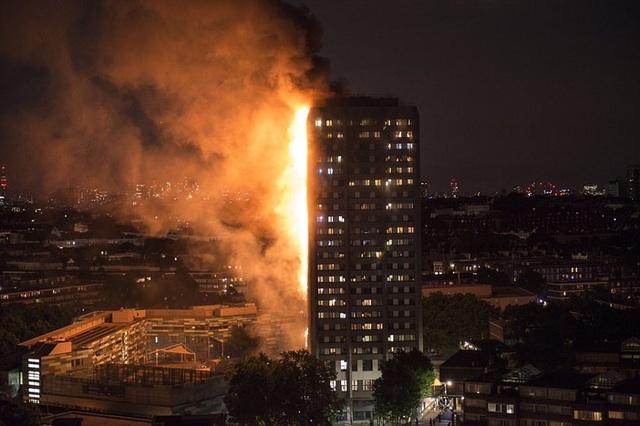 Tháp 24 tầng bốc cháy dữ dội ở Anh, nhiều người thương vong - 14