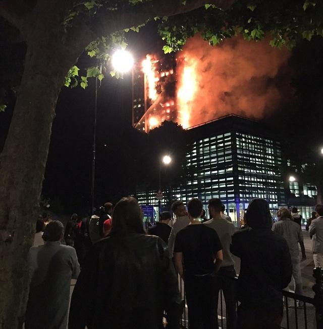 Tháp 24 tầng bốc cháy dữ dội ở Anh, nhiều người thương vong - 16
