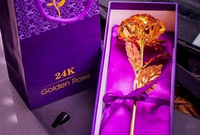 Mặt hàng hoa hồng mạ vàng chủ yếu nhập từ Trung Quốc có giá rẻ hơn cũng rất đắt hàng.