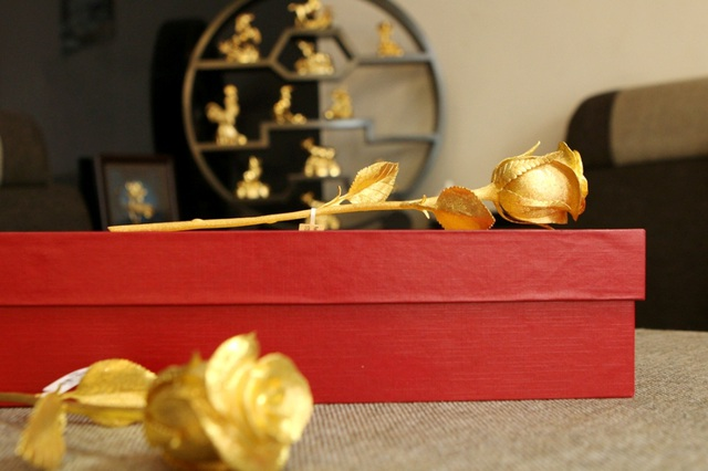 """Dù được bán ra với mức giá khá cao, nhưng với mong muốn dành tặng cho người mình yêu thương một món quà thật đặc biệt trong ngày 8-3, nhiều người đã """"chịu chi"""", bỏ ra một số tiền lớn để đặt bông hồng vàng chế tác từ vàng 24K nguyên khối. Vì giá trị quà tặng lớn nên đây là món quà được làm theo yêu cầu của khách hàng."""