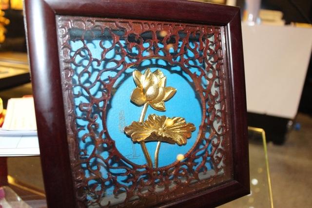 Mẫu hoa sen mạ vàng với ý nghĩa tượng trưng cho sự thanh tao và cao quý trị giá khoảng gần 5 triệu đồng được khá nhiều người lựa chọn.