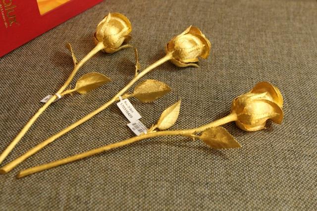 Mỗi bông hồng có một mã số và chứng thư kiểm định của đơn vị kiểm định độc lập kèm theo, trên đó có ghi rõ ngày giờ kiểm định, các thông tin về trọng lượng, kích thước, chất lượng vàng... nên khách hàng hoàn toàn có thể yên tâm.