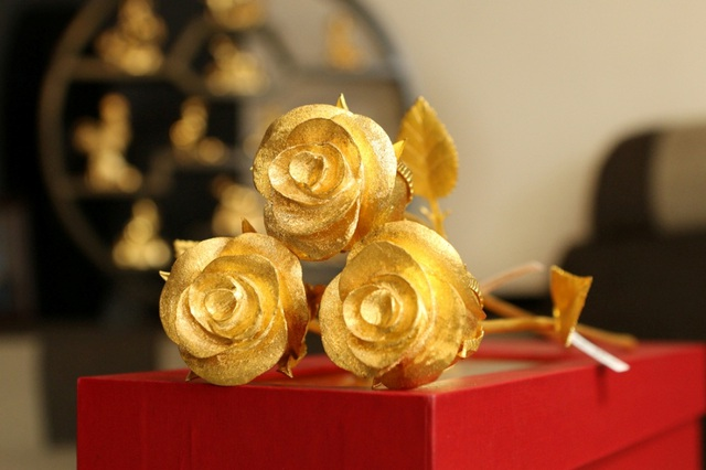 Điều khiến bông hồng vàng này trở nên đặc biệt, đó là nó được làm hoàn toàn thủ công với gần 5 lượng vàng/bông. Để sản xuất ra một bông hoa hồng vàng như thế này phải mất khoảng ba tháng từ khâu làm khuôn mẫu đến hoàn thành sản phẩm. Anh Dương Luân, trưởng phòng kinh doanh của một công ty chuyên về mạ vàng cho biết, vì chế tác mặt hàng này cần sự tỉ mỉ, cẩn thận nên năm nay, công ty anh chỉ nhận đúng 6 đơn hàng đặt chế tác hoa hồng từ vàng nguyên khối.