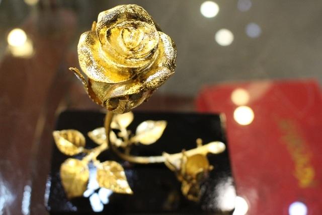Một bông hồng mạ vàng được bán ra với giá 3 triệu đồng. Thực tế, có thể tìm thấy trên thị trường những sản phẩm hồng mạ vàng được bán rẻ hơn gấp nhiều lần. Nhưng phần lớn những sản phẩm đó đều được nhập khẩu từ Trung Quốc, có lõi bằng nhựa và không có giá trị về lâu dài.