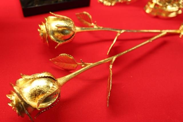 Mẫu hoa hồng từ năm ngoái vẫn thu hút nhiều đối tượng khách hàng. Anh Luân cho biết, cứ vào dịp 8/3 hoặc 14/2 thì những bông hồng mạ vàng lại khan hàng hơn vì lượng cung không đủ cầu.