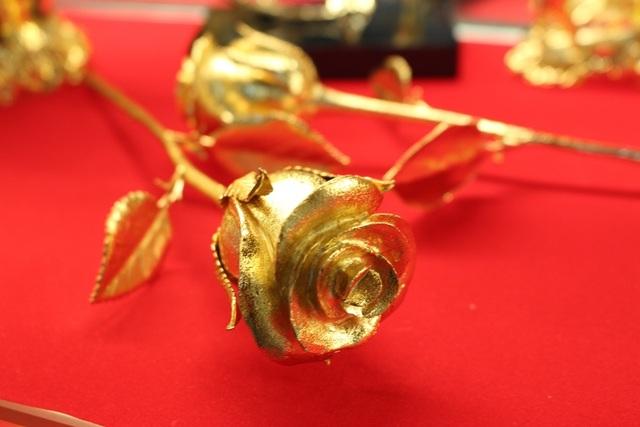 Theo dự kiến, hết đợt 8-3 năm nay sẽ có khoảng 500 bông hồng mạ vàng được bán ra và trở thành món quà ý nghĩa tặng mẹ, tặng vợ thay những lời yêu thương.