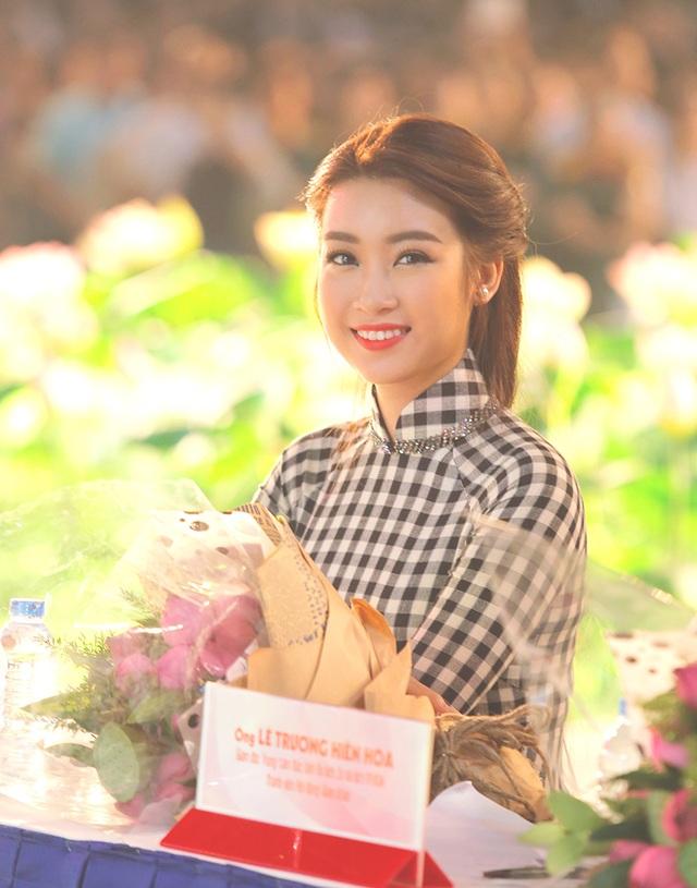 Hoa hậu Đỗ Mỹ Linh nổi bật với áo dài họa tiết khăn rằn - 3