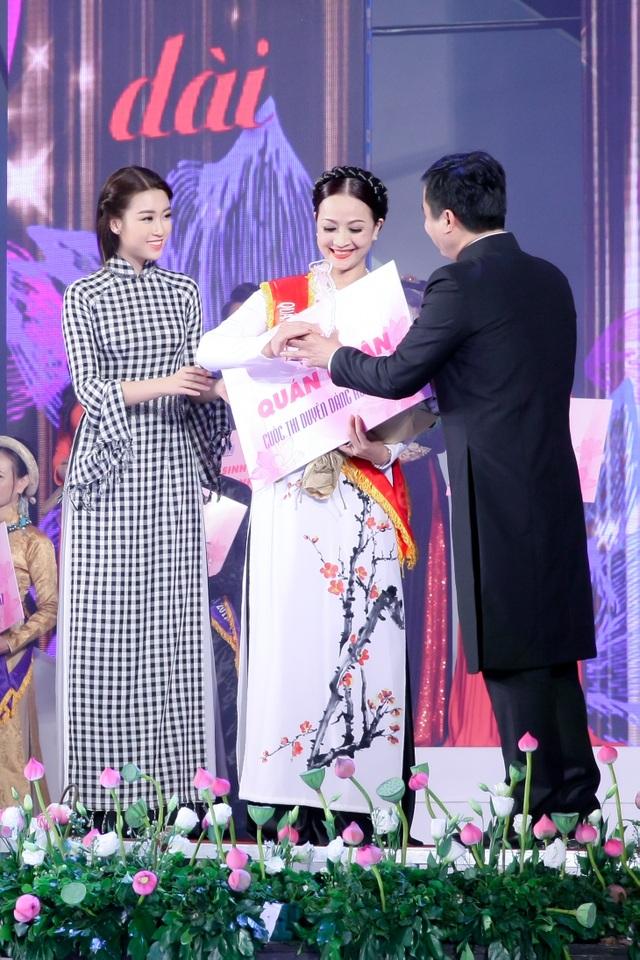 Hoa hậu Đỗ Mỹ Linh nổi bật với áo dài họa tiết khăn rằn - 6
