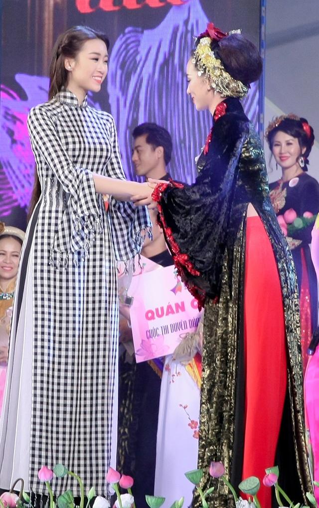 Cô cũng là người trao giải Quán quân cho cuộc thi Duyên dáng áo dài năm nay