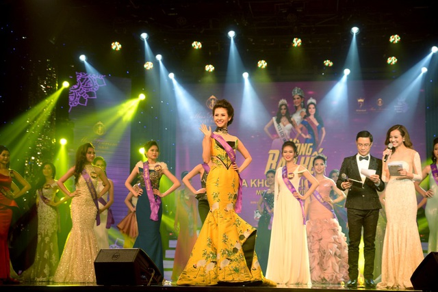 Các thí sinh thể hiện tài năng trên sân khấu trong trang phục áo dài, đầm dạ hội.