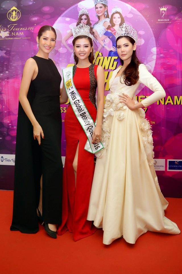 Đương kim Hoa hậu Du lịch Thế giới (áo đen), Hoa hậu Thái Lan (váy trắng) và Nữ hoàng Ngọc Duyên.