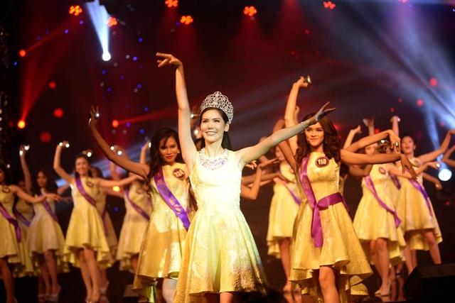 Hoa hậu Thái Lan hướng dẫn catwalk cho các thí sinh trong đêm bán kết.