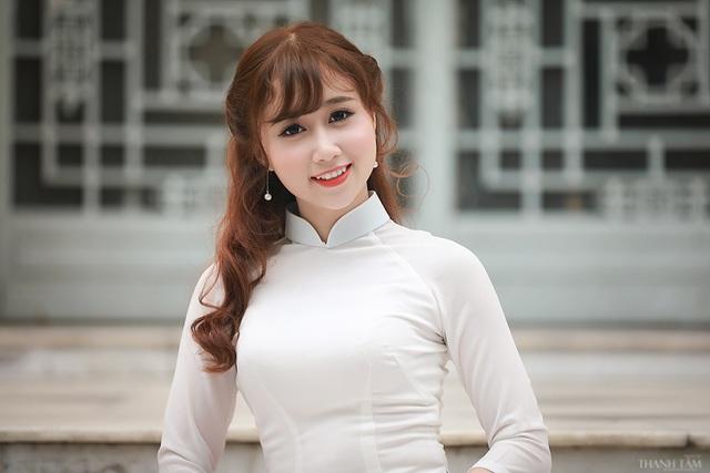 Phạm Thị Duyên quê ở Thái Bình, năm nay 22 tuổi. Cô là sinh viên năm cuối Đại học Dược Hà Nội. Năm 2014, Duyên tham gia cuộc thi Sinh viên thanh lịch của trường và giành danh hiệu Hoa khôi Đại học Dược.