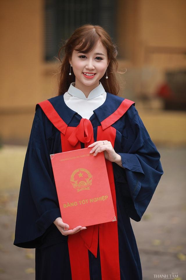 Tháng 6 tới, Duyên sẽ tốt nghiệp đại học. Cô vừa chụp ảnh lưu niệm cùng các bạn nhân dịp đáng nhớ này.