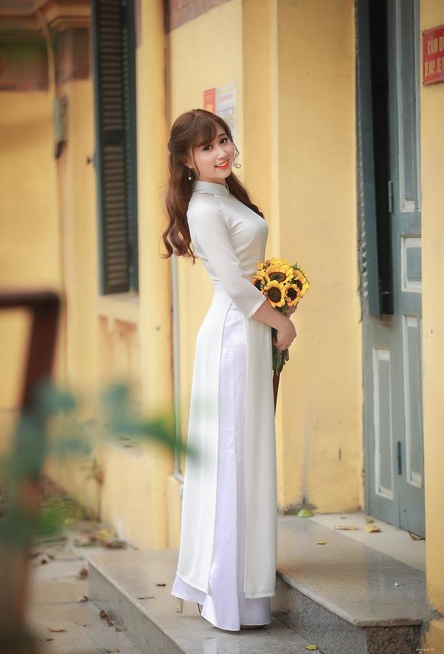 Duyên là một cô gái năng động, tự tin. Cô có năng khiếu làm người mẫu và tham gia hoạt động văn hoá, văn nghệ trong trường đại học.