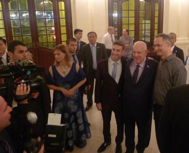 Tổng thống Israel Reuven Ruvi Rivlin (giữa) chụp ảnh cùng nhạc trưởng Shalev Ad-El (phải) và nghệ sĩ dương cầm Yaron Kohlberg (trái) khi tới xem buổi hòa nhạc.