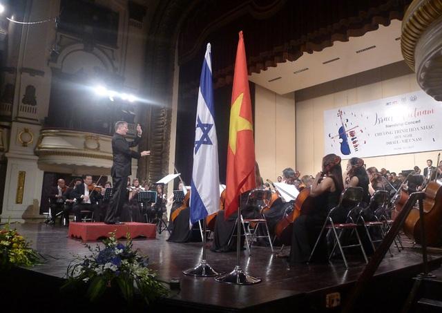 Nhạc trưởng Shalev Ad-El chỉ huy Dàn nhạc giao hưởng Hà Nội trong Chương trình hòa nhạc hữu nghị Israel - Việt Nam