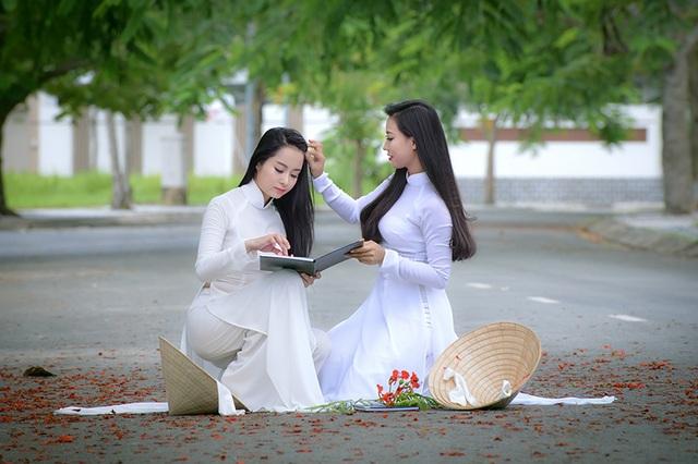 Hiện nay, tuy việc mặc áo dài đi học không còn là bắt buộc, các nữ sinh vẫn dành tình cảm yêu mến cho trang phục truyền thống này.