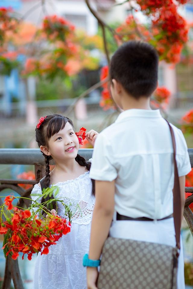 Vừa được nghỉ hè, hai anh em xin phép bố mẹ đi chơi ở hồ Thượng Lý, nơi hoa phượng nở đỏ rực mỗi khi hè về.
