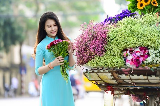 Thiếu nữ Lào khoe sắc trên con đường tím màu hoa ban Hà Nội - 2