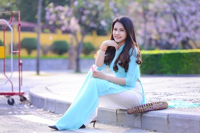 Thiếu nữ Lào khoe sắc trên con đường tím màu hoa ban Hà Nội - 12