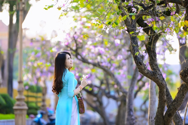 Thiếu nữ Lào khoe sắc trên con đường tím màu hoa ban Hà Nội - 17