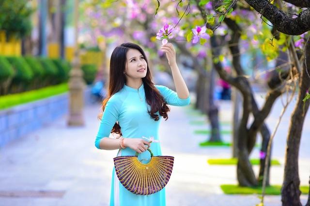 Thiếu nữ Lào khoe sắc trên con đường tím màu hoa ban Hà Nội - 1