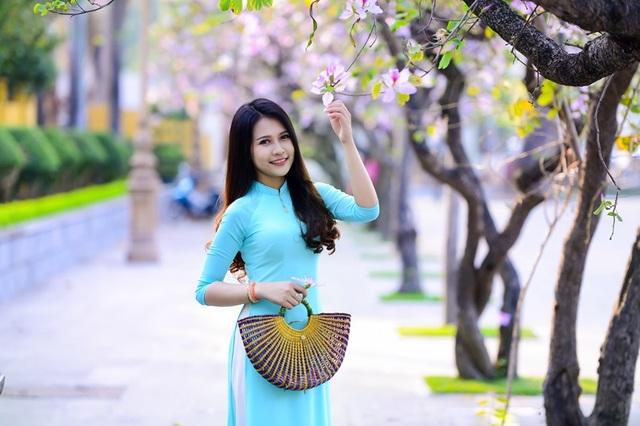 Thiếu nữ Lào khoe sắc trên con đường tím màu hoa ban Hà Nội - 19