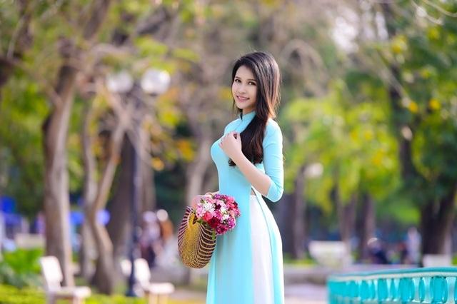 Thiếu nữ Lào khoe sắc trên con đường tím màu hoa ban Hà Nội - 5