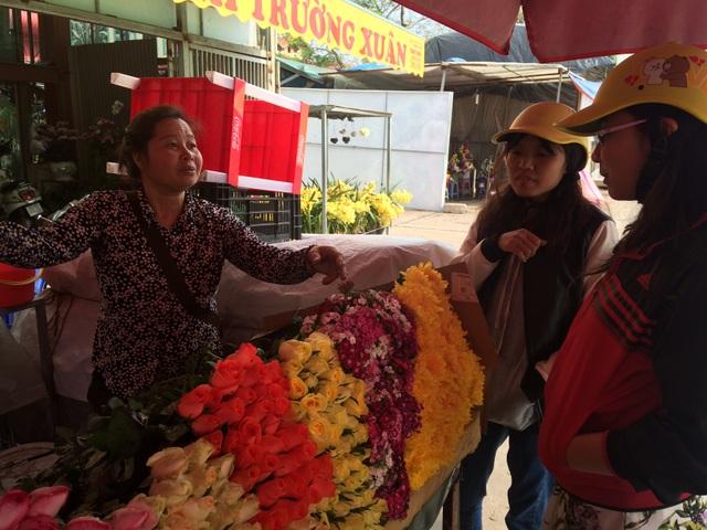 Sinh viên đến khảo giá hoa hồng về bán