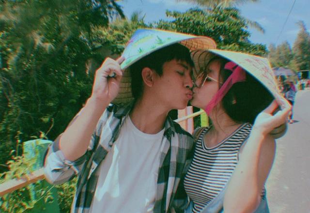 Ca sĩ Hoài Lâm không ngại khoá môi bạn gái giữa đường.