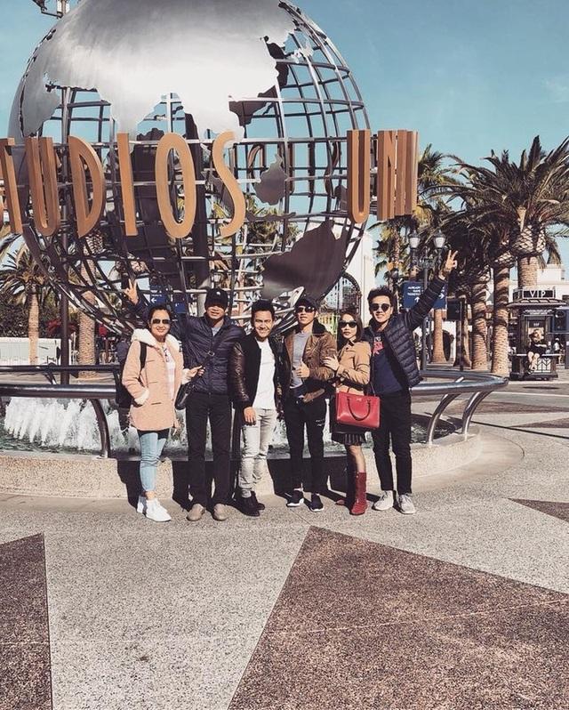 Khi không phải chạy show, Hoài Linh dành thời gian để đi chơi cùng gia đình.
